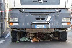 La bici sotto il camion