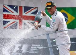 Lewis Hamilton festeggia la vittoria sul podio di Monza