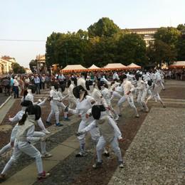 Il «flashmob» degli schermidori  Gran successo anche a Bergamo