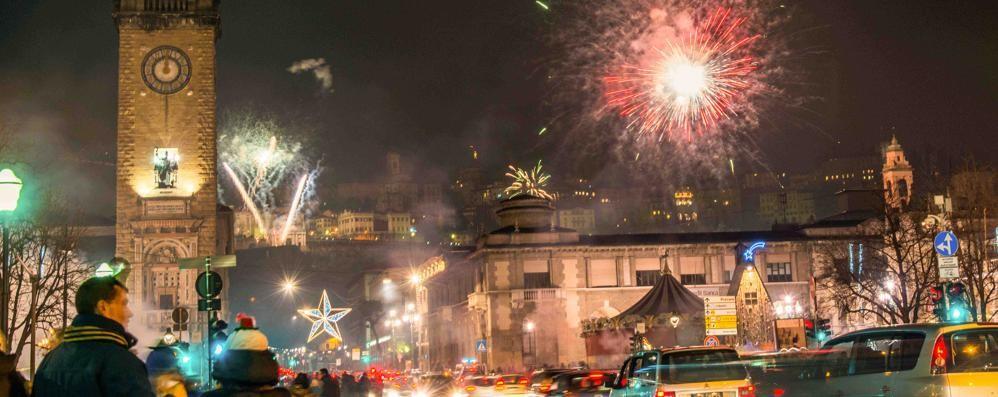 Bergamo, in migliaia al veglione Musica, fuochi e allegria: ecco il video