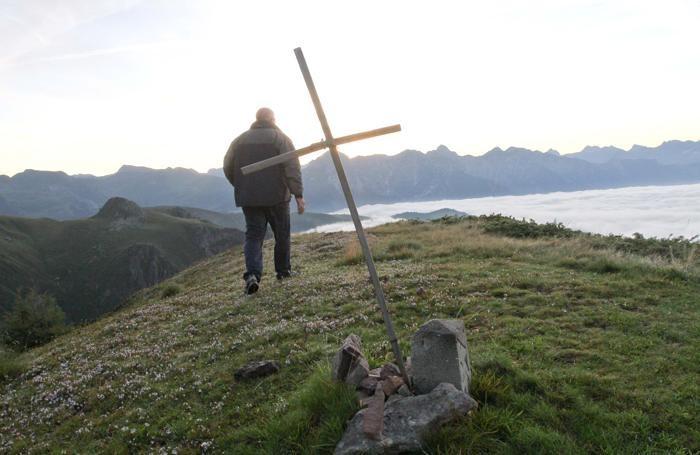 Una croce sui Piani dell'Avaro,  dove è stato ucciso Patrick
