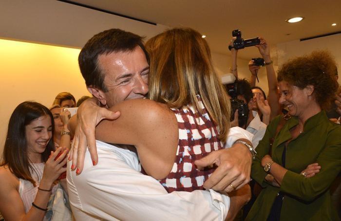 L'abbraccio di Giorgio Gori, neosindaco, alla moglie Cristina Parodi