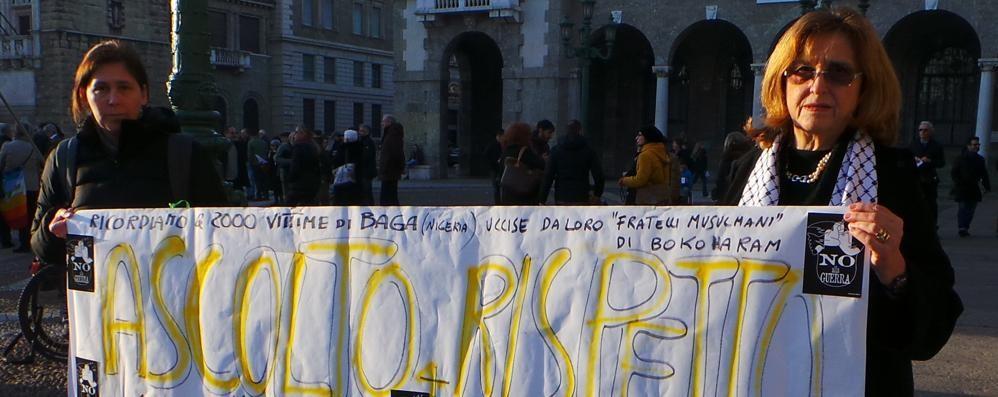 Bergamo, 300 in piazza per Parigi  Foto e video della manifestazione