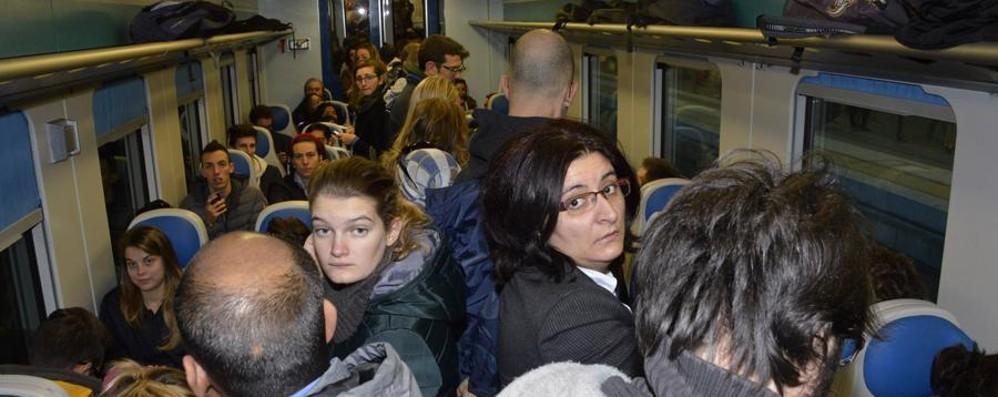 Trenord, la rabbia dei pendolari  «Non è un servizio degno di tal nome»