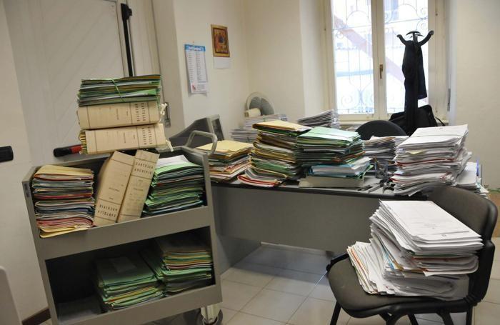 Faldoni accumulati nell'ufficio del giudice di pace