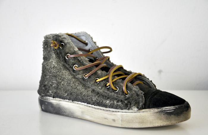 Una sneakers da uomo Studswar
