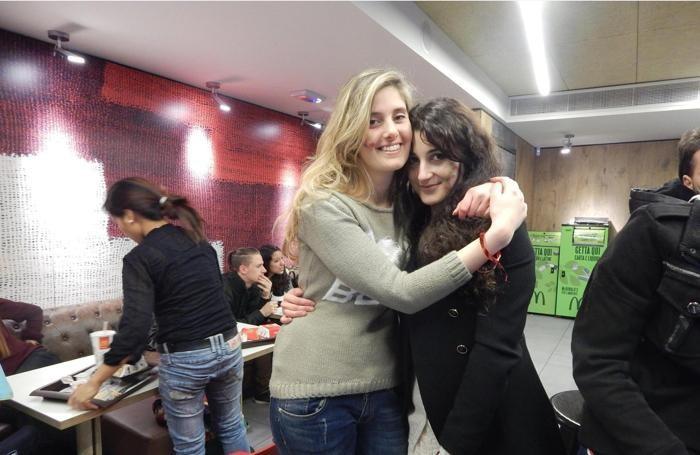 Greta Ramelli e Vanessa Marzullo (nella foto tratta dal suo profilo facebook) durante una manifestazione per la Siria a Milano.