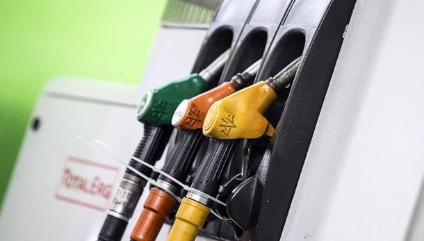 Benzina sotto 1,5 euro, in 6 mesi -16%