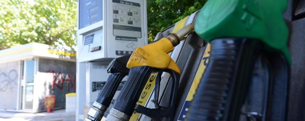 Carburanti, prezzi in calo Discesa da record per il self