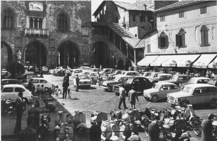 Piazza Vecchia con auto parcheggiate