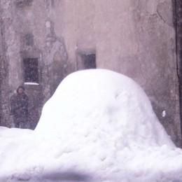 Via San Tommaso: un'auto sepolta dalla neve