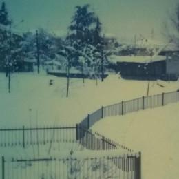 Foto del 17 gennaio 1985 a Ranica. «Eravamo senza luce e senza metano. Io preoccupatissima perché a giorni sarebbe nato mio figlio. È nato il 21 gennaio 1985 e le strade erano ancora colme di neve. Scenari stupendi!»