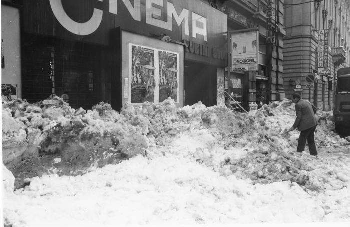 La neve davanti al vecchio cinema Rubini di via Paleocapa