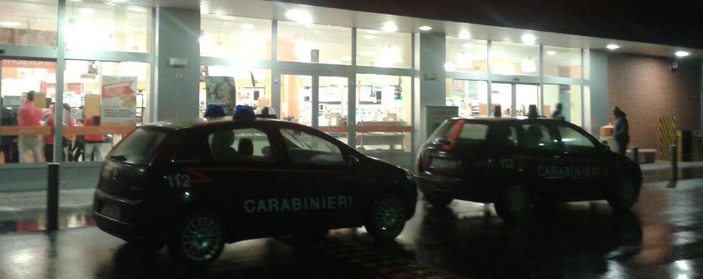 Cologno, tre banditi armati assaltano supermercato e bar