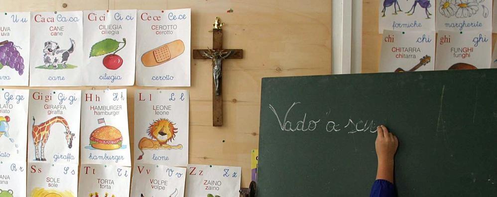 Crocifissi nelle aule di scuola Il Comune li incolla alle pareti
