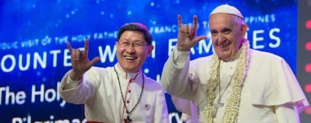 Il Papa accolto dalla folla a Manila Sui social la foto del saluto «rock»