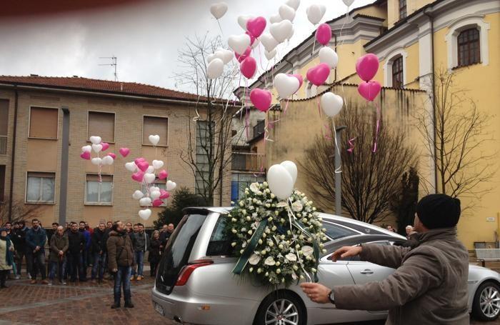 Lancio di palloncini al funerale di Veronica