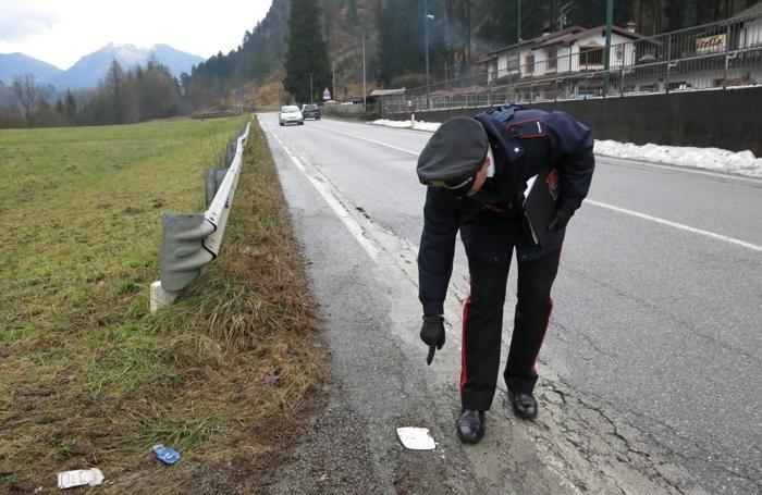Il punto dell'incidente mortale: un carabiniere indica lo specchietto rotto