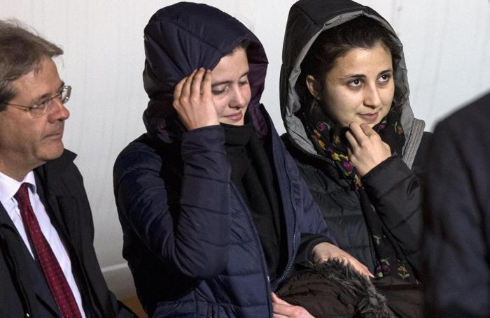 Il ministro Gentiloni mentre accompagna Greta e Vanessa le due ragazza rapite in Siria
