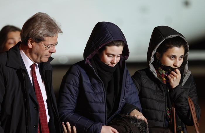 Il ministro Paolo Gentiloni, Greta Ramelli e Vanessa Marzullo