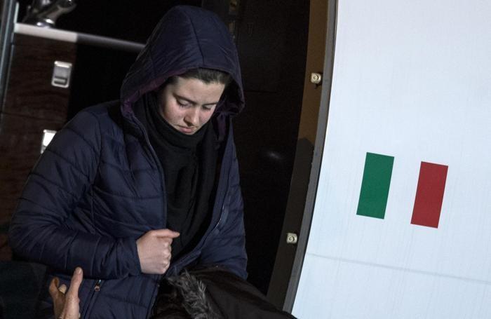 Vanessa Marzullo scende dall'aereo