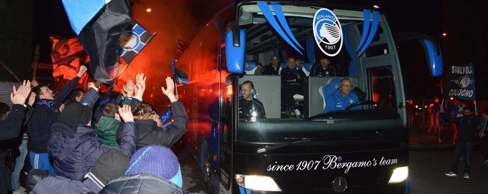 Atalanta, ritorno trionfale da San Siro I tifosi festeggiano la squadra a Zingonia