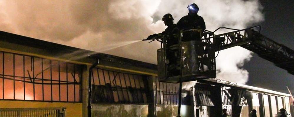 Capannone devastato dal fuoco Notte di paura a Scanzorosciate