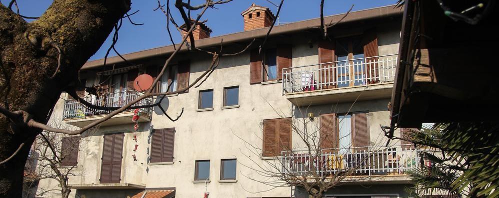Carobbio, lite tra parenti in casa Giù dalla finestra con le lenzuola: ferito