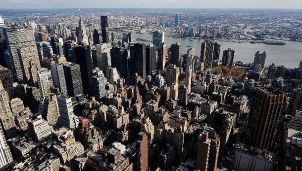 In pezzi vetri 50 auto a Manhattan