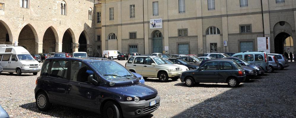 Dopo piazza Mascheroni, la Carrara Quali spazi senza le auto? Sondaggio