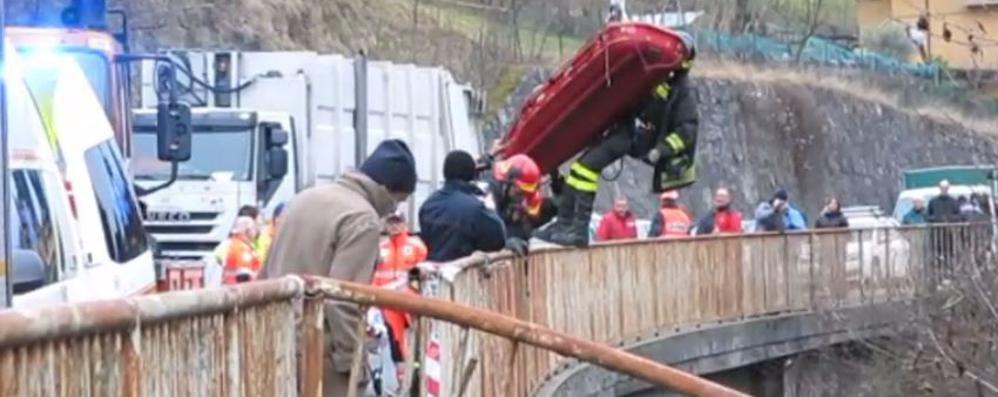 Auto precipita dal cavalcavia Volo di 30 metri, grave ragazza