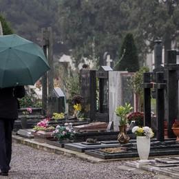 Il «pedaggio» per i morti al cimitero Una lettrice protesta: tassa vergognosa