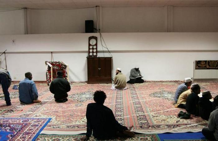 Musulmani in preghiera nella moschea della Malpensata a Bergamo