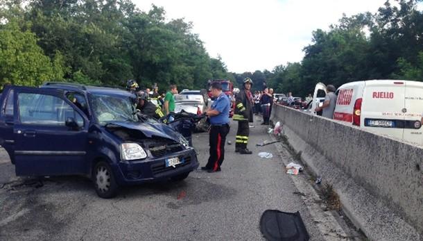 Frontale tra auto, 3 morti e 4 feriti