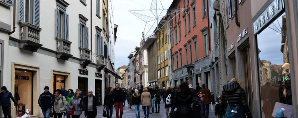 Bergamo, domenica di sole in centro «Su 50 negozi solo 2 erano aperti»