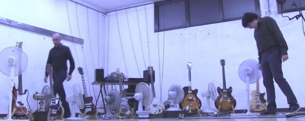 Chitarre suonate da ventilatori - Video Musica e memorie a Villa di Serio