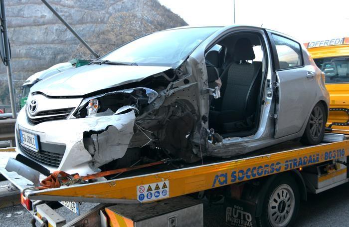 Una macchina coinvolta nell'incidente di Zogno
