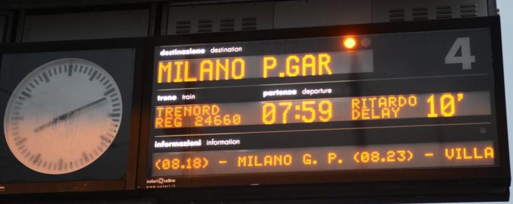 «In treno da Bergamo a Porta Garibaldi Una corsa a ostacoli tra ritardi e disagi»