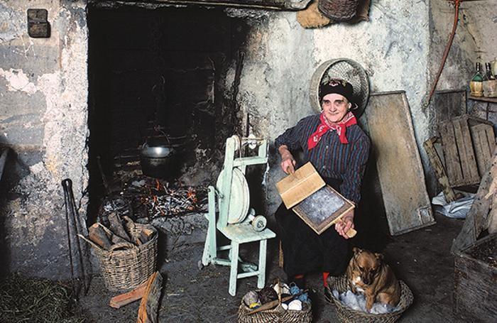Archivio Tito Terzi una donna di Sovere mentre carda la lana. Sopra (archivio Pesenti) ragazzini in un paese dell'Isola fanno ginnastica  al tempo dell'Italia fascista