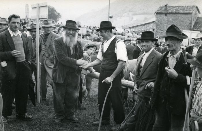 Accordo tra allevatori alla fiera di Serina (archivio Burgarella)