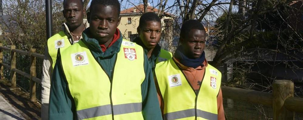 Profughi volontari al lavoro: puliscono parchi e strade in città
