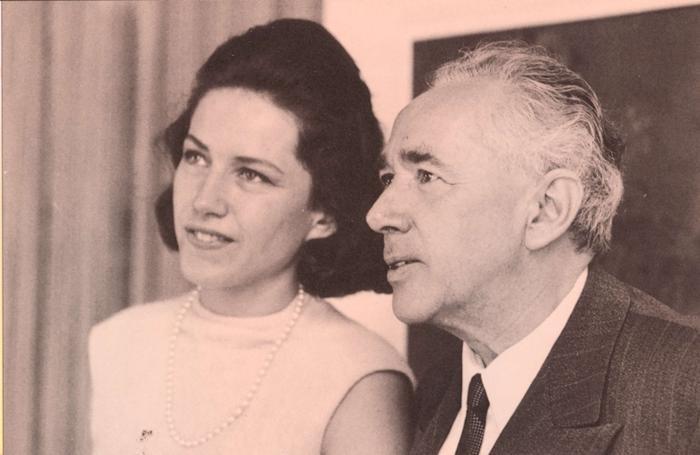 Franca Natta Pesenti con il padre Giulio nel giorno della notizia del Nobel. Sopra con il marito Giampiero Pesenti