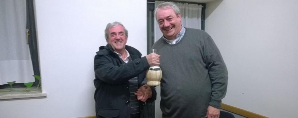 Partita a scopone tra parroco e sindaco Grassobbio, vince don «Camillo-Manuel»
