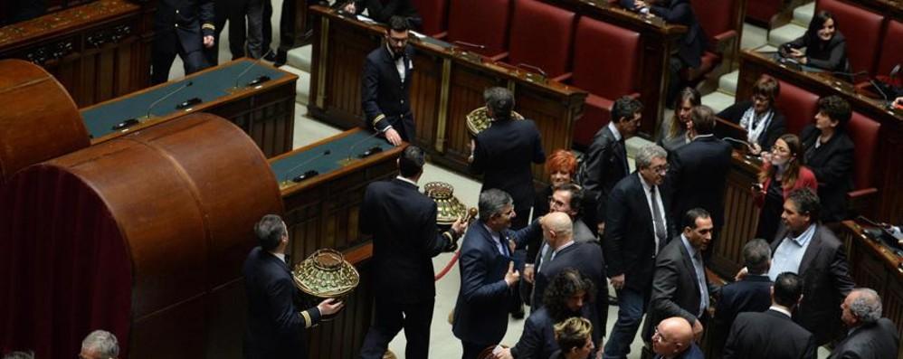 Al Quirinale tra  proteste e selfie Voti anche a Greggio, Totti e Forlani