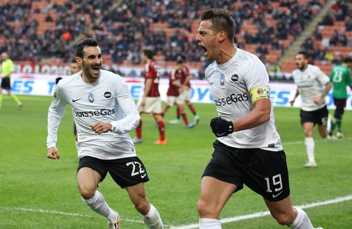 Denis e Zappacosta contro il Milan subito dopo il gol del bomber argentino