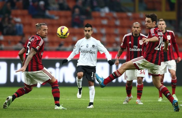 Moralez in azione contro il Milan