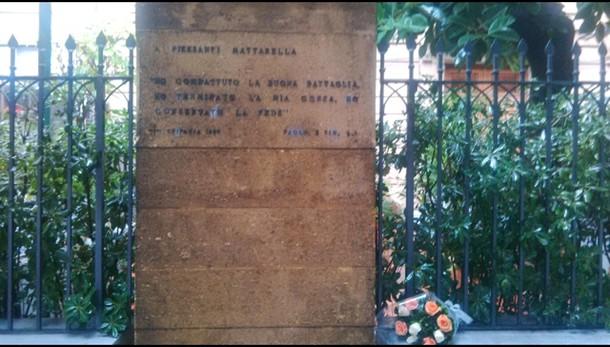 Mazzo rose in luogo omicidio Mattarella
