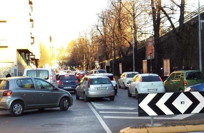 Caldo inverno e saldi, ecco le code di auto a Bergamo: via Bonomelli