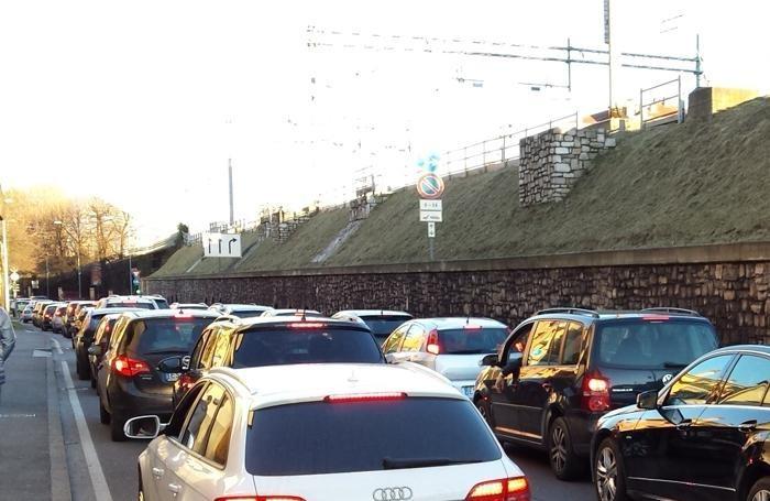 Caldo inverno e saldi, ecco le code di auto a Bergamo: vi Simoncini