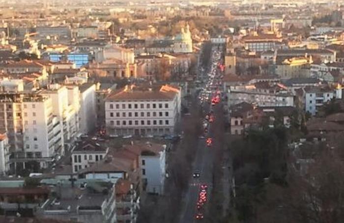 Caldo inverno e saldi, ecco le code di auto a Bergamo: vista da Città Alta